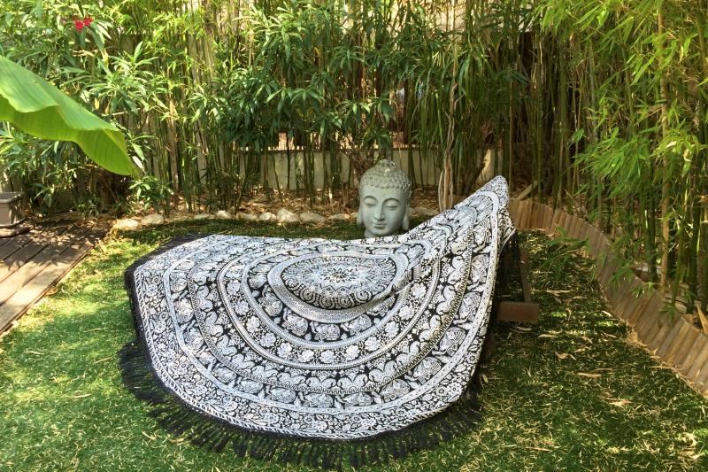 drap de plage rond mandala noir tendances du monde. Black Bedroom Furniture Sets. Home Design Ideas