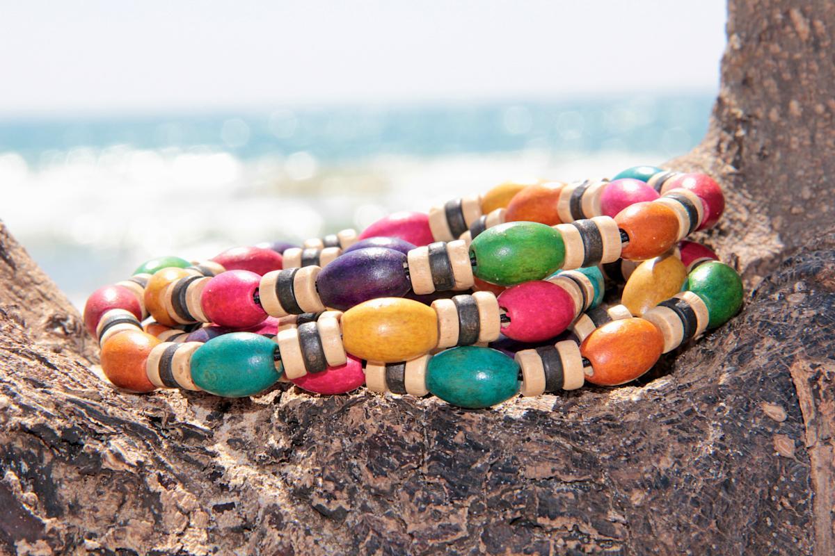 collier perles en bois multicolores tendances du monde. Black Bedroom Furniture Sets. Home Design Ideas