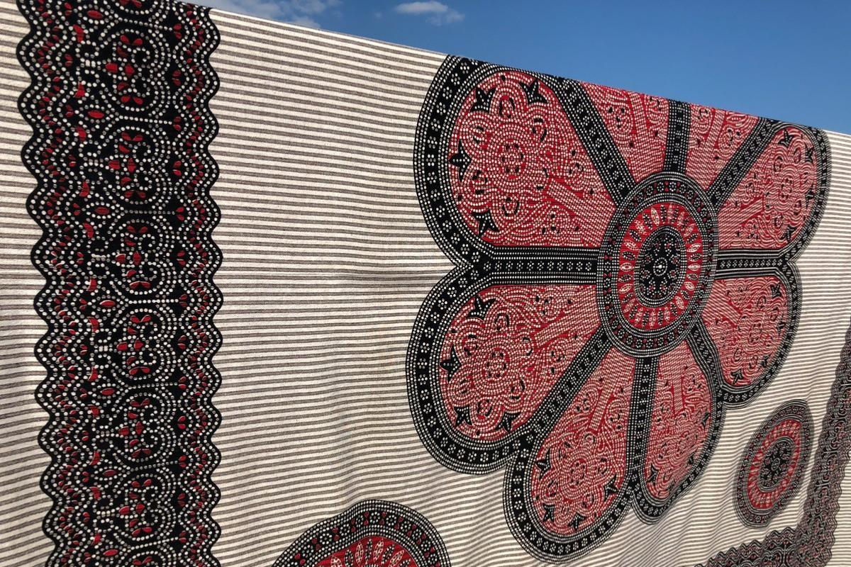 tissu indien xxl fleur rouge tendances du monde. Black Bedroom Furniture Sets. Home Design Ideas
